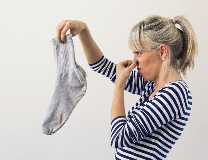 Como eliminar o mau cheiro das meias