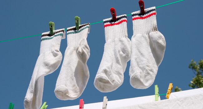 Como lavar e manter as meias brancas